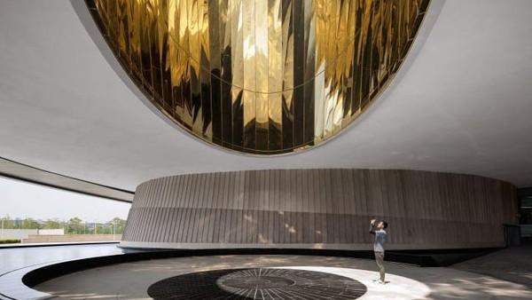 Wisatawan akan menemukan oculus yang tergantung di atas pintu masuk. Benda ini menghasilkan sinar matahari yang melintasi lantau sepanjang hari, menunjukkan waktu dan musim. (Ennead Architects)