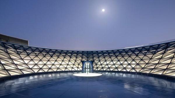 Terakhir, kubah kaca besar terbalk yang ada di puncak memberi kesempatan pengunjung untu melihat langit malam yang terbuka. (Ennead Architects)