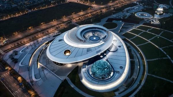Sebuah museum dengan desain yang unik dibangun di Shanghai. Bangunannya memiliki bentuk lengkungan kompleks yang dirancang untuk mencerminkan geometri kosmos. (Ennead Architects)
