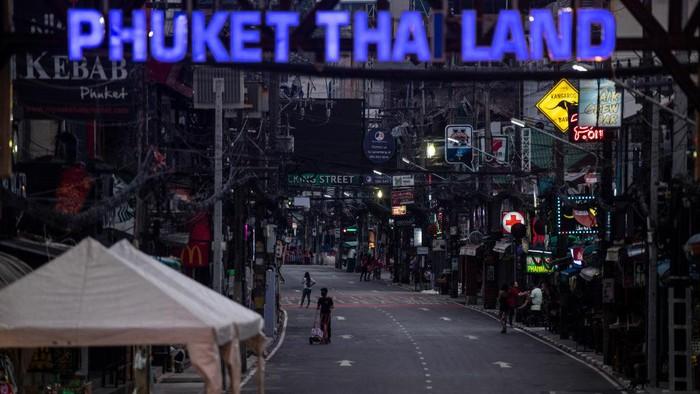 Otoritas pemerintah Thailand kembali melakukan lockdown karena melonjaknya kasus penyebaran COVID-19 varian Alpha dan Delta. Yuk kita lihat suasananya.