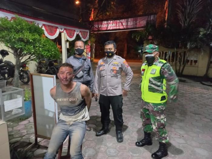 Polisi Tulungagung menjebloskan seorang pemuda asal Kecamatan Sumbergempol ke penjara. Sebab ia melakukan percobaan pembunuhan terhadap tiga orang.