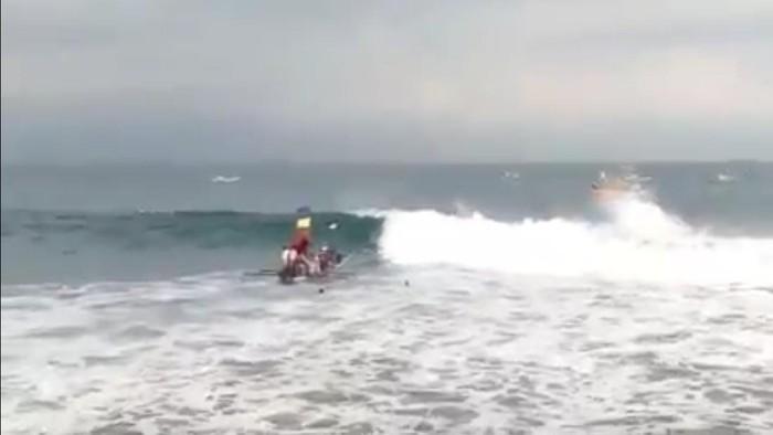 Perahu nelayan terbalik dihantam ombak, 7 nelayan nyebur ke laut