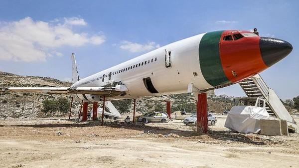 Restoran bertema penerbangan ini dihiasi bendera Palestina dan Yordania dan dinamakan 'Restoran Maskapai Penerbangan Palestina-Yordania dan Kedai Kopi Al-Sairafi Nablus'.