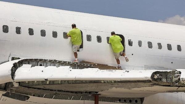 Mereka membeli pesawat produksi tahun 1980an ini pada tahun 1999 seharga US$100 ribu. Di dalam kabin jet tua, kursi telah dilucuti dan kaca jendela dilepas. Meja akan segera dipasang di badan pesawat, yang telah dicat putih dengan lantai kayu laminasi.