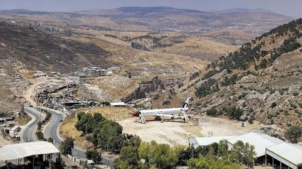 Bangkai pesawat Boeing 707 di wilayah Tepi Barat Palestina yang diduduki Israel diubah menjadi restoran. (JAAFAR ASHTIYEH / AFP)