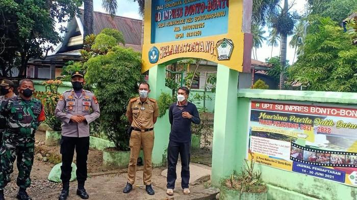 Polisi membuka paksa gembok yang dipasang warga yang mengaku pemilik lahan (Foto: dok. Polsek Bontomarannu)