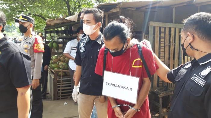 Rekonstruksi pembunuhan wanita yang mayatnya dibakar di Cisauk, Tangerang, Selasa (13/7/2021).