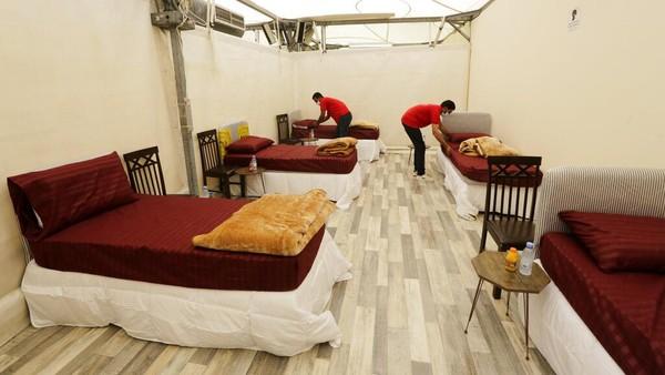 Pekerja menyiapkan akomodasi untuk jemaah haji di Mina, dekat kota suci Mekkah menjelang musim haji. (AP/Amr Nabil)