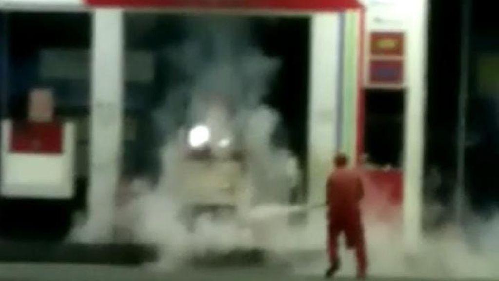 Viral Detik-detik Kepulan Asap Kebakaran SPBU Dersalam Kudus