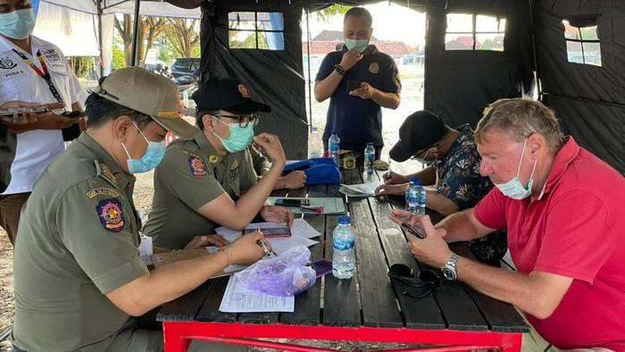 Tim gabungan operasi yustisi di wilayah Simpang Deus, Desa Tibubeneng, Kecamatan Kuta Utara, Kabupaten Badung menemukan ada warga negara asing (WNA) yang langgar protokol kesehatan.