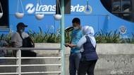 Puluhan Pegawainya Disebut Wafat karena COVID-19, TransJakarta Bilang Begini