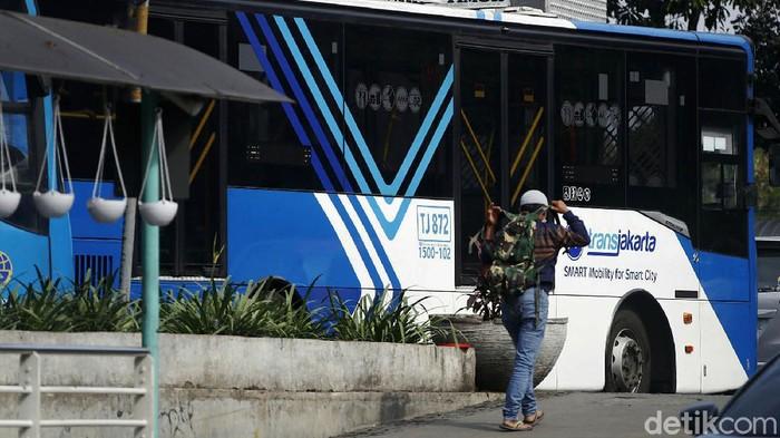 PT TransJakarta mewajibkan penumpang memiliki STRP mulai 12 Juli. Akibatnya, Halte Flyover Raya Bogor yang biasanya ramai kini sepi penumpang.