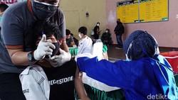 2 Ribu siswa SMP dan SMA di Kota Bandung, Jawa Barat mengikuti vaksinasi COVID-19. Vaksinasi untuk anak usia 12-17 tahun ini digelar oleh BNN.