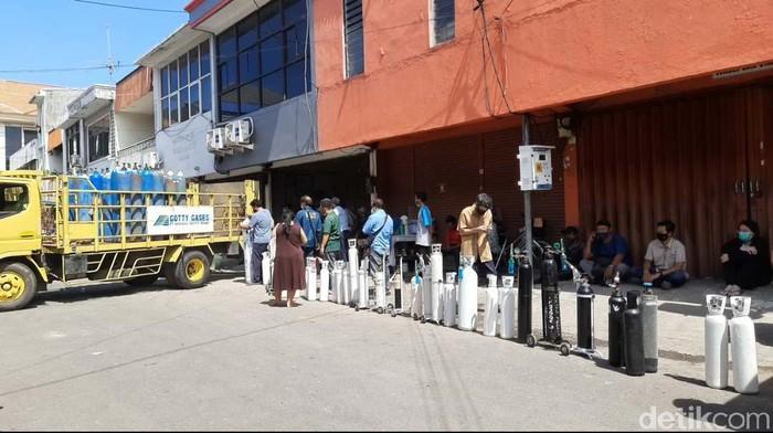 Ketersediaan oksigen di Surabaya masih langka. Begini antrean warga saat membeli refil oksigen di Ruko Ngagel Jaya Indah Blok D no. 56, Surabaya.