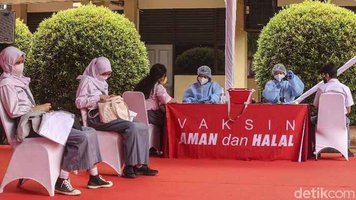 Program vaksinasi COVID-19 terus digencarkan di berbagai daerah Indonesia. Tak hanya menyasar orang dewasa, anak usia 12-17 tahun pun kini bisa divaksinasi.
