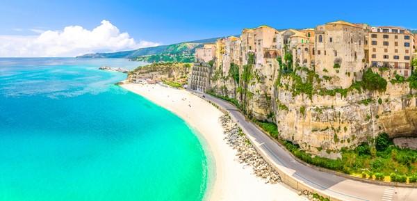 Di sana pelancog bukan cuma makan tidur, tapi juga bikin usaha kecil untuk membantu perkembangan pariwisata Calabria. (Getty Images/iStockphoto)