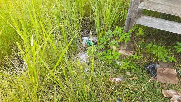 Sampah plastik bertebaran dibiarkan begitu saja. Tidak ada penjual makanan dan minuman sejak pandemi. Traveler pun enggan datang ke sini. Sayang padahal, danau ini cantik sekali. (Hari Suroto/Istimewa)