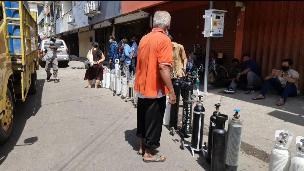 Demi Oksigen, Warga di Surabaya Rela Antre Sebelum Toko Buka