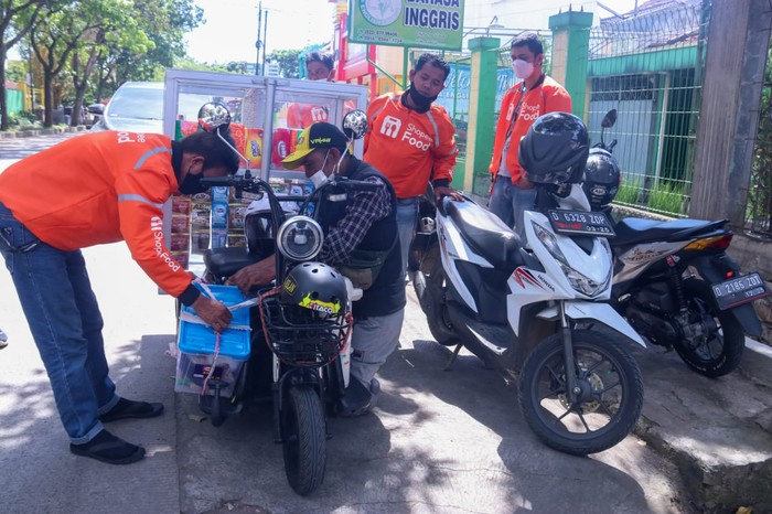 Disabilitas Bandung jualan kopi keliling pakai motor listrik.