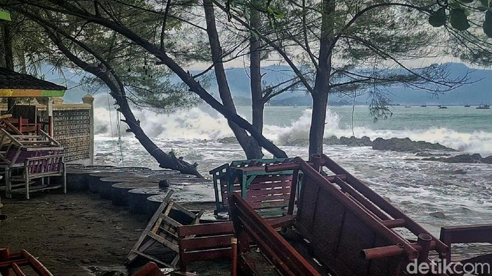 Gelombang setinggi kurang lebih 6 meter menerjang cafe di kawasan pantai Istana Presiden, Palabuhanratu, Kabupaten Sukabumi, Jawa Barat. Tidak ada korban jiwa akibat kejadian ini.
