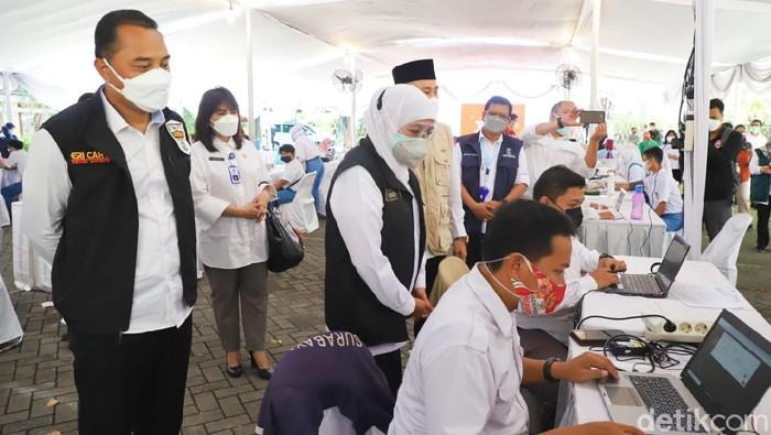 Gubernur Jatim Khofifah Indar Parawansa menargetkan, 70 persen warga sudah vaksinasi COVID-19 pada Agustus mendatang. Khofifah optimis herd immunity segera terbentuk.