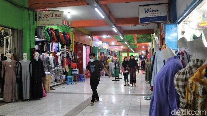 PPKM Darurat berdampak pada para pedagang di Pasar Kliwon Kudus. Pendapatan mereka turun hingga 90 persen seiring dengan sepinya pasar di saat PPKM Darurat.