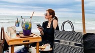 Gaya Mewah Jessica Forrester Nongkrong di Beach Club Bali
