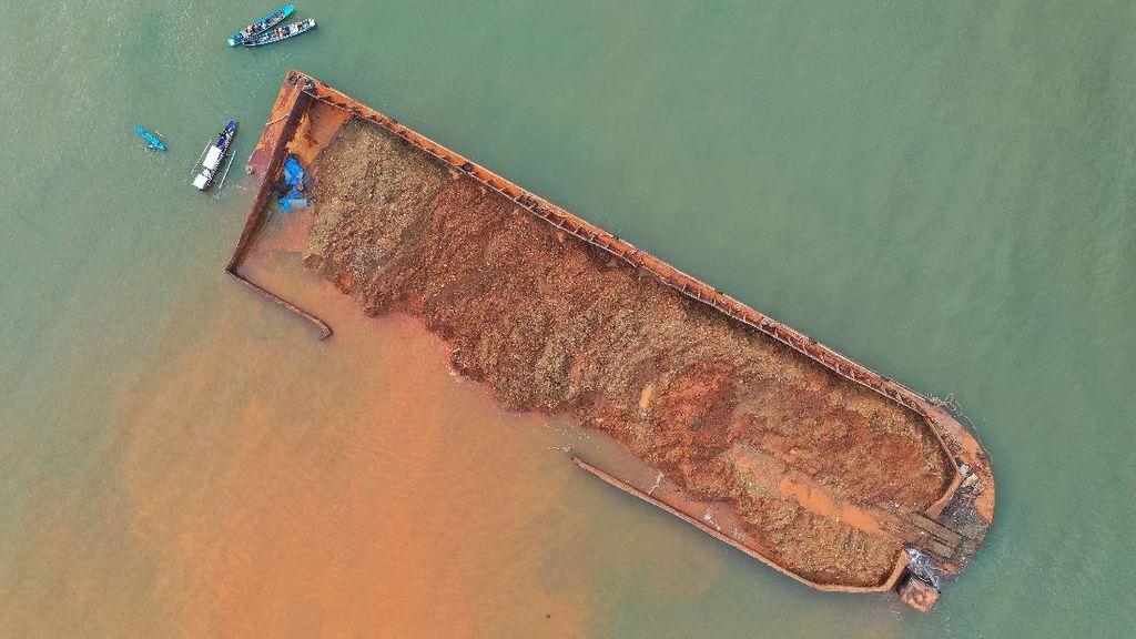 Kapal Tongkang Berisi Nikel Terdampar di Konawe