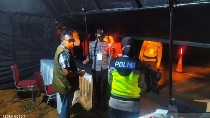 Mantan Sekda Tanjungpinang Riono, yang juga anggota Satgas Penanganan COVID-19 memantau pelaksanaan PPKM Darurat (ANTARA/Nikolas Panama)