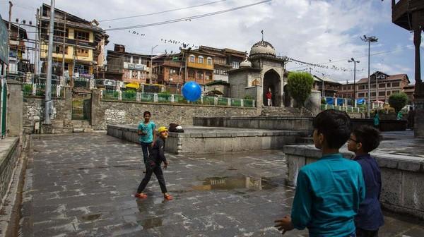 Meski demikian, masjid Muslim di Srinagar, Kashmir, ikut terdampak pandemi COVID-19 dengan berkurangnya jumlah pengunjung.