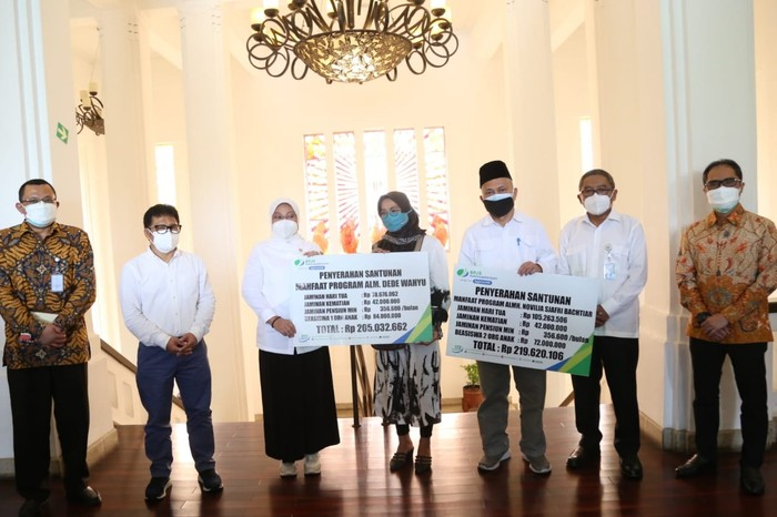 Menaker Ida Fauziyah mengunjungi Bio Farma di Bandung dan menyerahkan Jaminan Kematian (JKM) untuk Ketua Uji Klinis Vaksin Sinovac Novilia Sjafri Bachtiar.