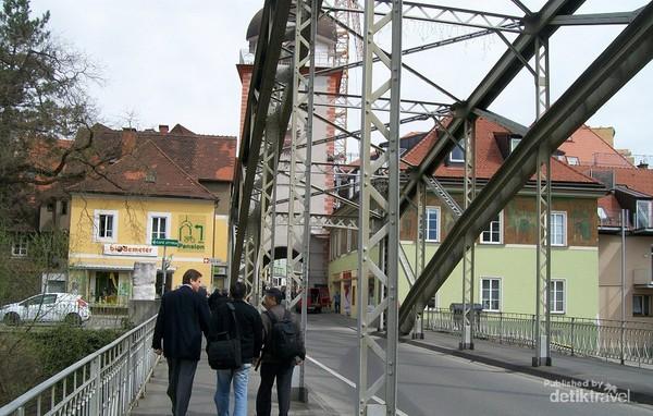 Jembatan penghubung sungai Mur dan Schwammerlturm