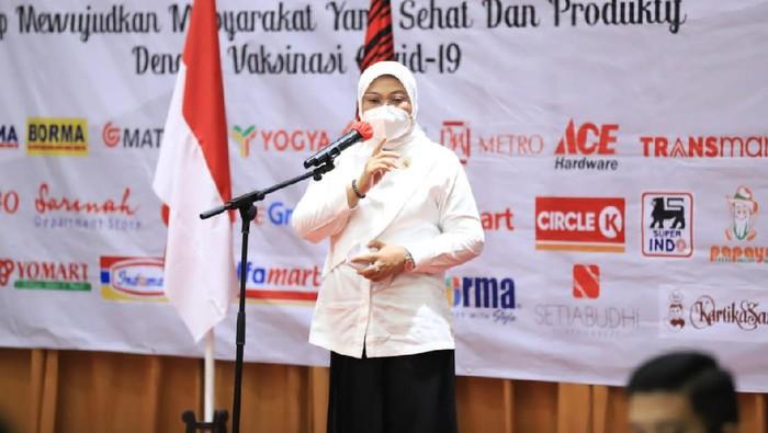 Menteri Ketenagakerjaan, Ida Fauziyah meninjau pelaksanaan vaksinasi COVID-19 tahap kedua bagi 2.000 pekerja ritel di Kota Bandung.