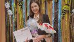 Senyum Manis Mikha Tambayong Dapat Gelar S2 dari Harvard