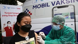 Mobil vaksin keliling dikerahkan untuk memudahkan warga Jakarta yang ingin disuntik vaksin COVID-19. Mobil ini menargetkan 1.000 warga.