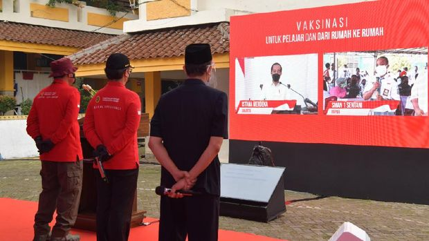 The State Intelligence Agency (BIN) has organized vaccinations for middle and high school students and door-to-door visits to residents' homes.  This vaccination was reviewed directly by President Jokowi.