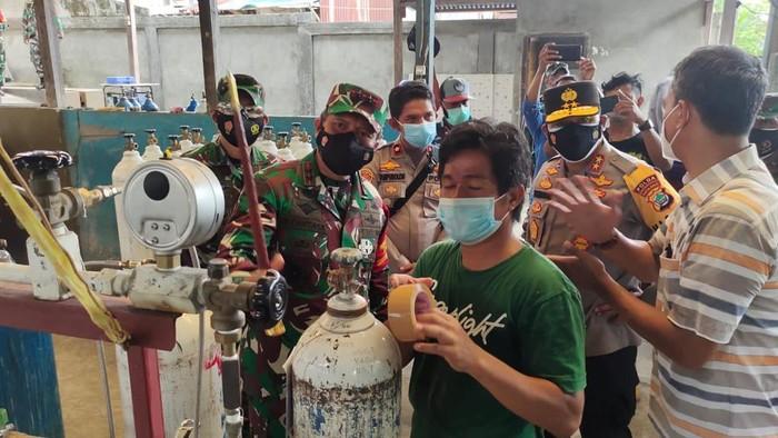 Pangdam XVIII/Kasuari, Mayjen TNI I Nyoman Cantiasa, ingin memastikan produksi oksigen untuk pasien Corona di wilayah Manokwari, Papua Barat, tercukupi. (dok Kodam Kasuari)