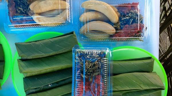 Selain daun jati, papeda biasanya dibungkus menggunakan daun fotofe atau forofe (sejenis pisang-pisangan berukuran kecil). Daun fotofe digunakan sebagai pembungkus makanan orang Papua sejak dulu. Papeda bungkus dinikmati dengan lauk ikan mujair atau ikan louhan goreng. (Hari Suroto/Istimewa)