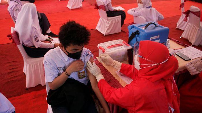 Siswa Sekolah Menengah Pertama (SMP) menerima suntikan vaksin saat vaksinasi COVID-19 secara massal di Makassar, Sulawesi Selatan, Rabu (14/7/2021). Vaksinasi pelajar secara massal yang digelar oleh Badan Inteligen Negara (BIN) tersebut menargetkan sebanyak 2.500 siswa SMP dan SMA di Sulawesi Selatan atau 8,33 persen dari target secara nasional sebanyak 30 ribu siswa. ANTARA FOTO/Arnas Padda/yu/foc.