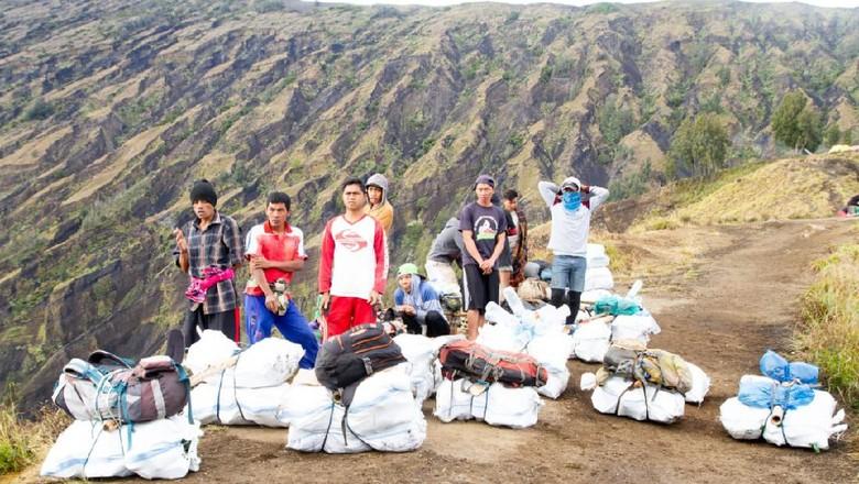 Pembersihan sampah di Gunung Rinjani oleh Green Rinjani