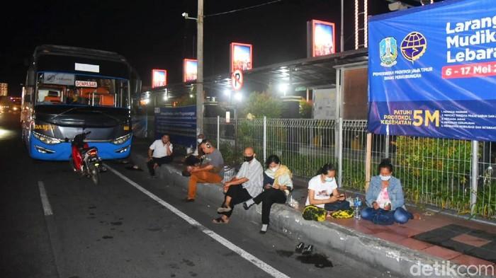 Ada pembatasan jam bagi kendaraan nonlogistik di penyeberangan Jawa-Bali. Di atas pukul 18.00 WIB, kendaraan nonlogistik tidak bisa menyeberang dari Pelabuhan Ketapang.