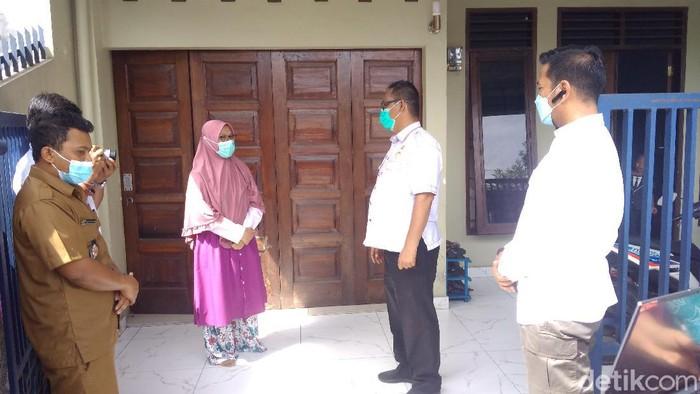Petugas mulai melakukan vaksinasi COVID-19 secara ketuk pintu (door to door) di Medan. Warga mengaku senang. (Datuk Haris/detikcom)