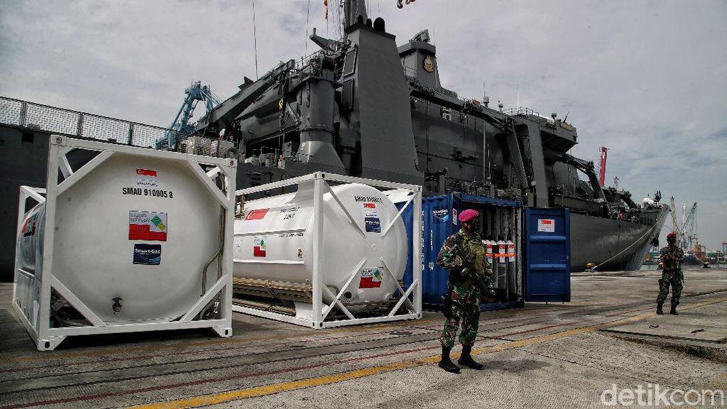 Potret Kapal Perang Singapura yang Bawa Bantuan Alkes untuk RI