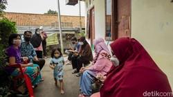 Tepat 500 hari usai diumumkannya kasus pertama di Indonesia, pemerintah terus gencarkan proses vaksinasi untuk rakyatnya hingga mengetuk dari pintu ke pintu.