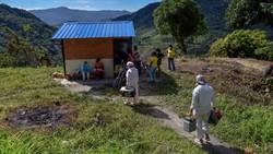 Jalan terjal dihadapi para nakes di Kolombia demi bisa memberikan vaksin COVID-19 kepada warganya. Salah satunya menembus hutan belantara.