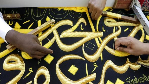Seperti diketahui, kiswah merupakan kain penutup Kakbah. Kiswah dihiasi dengan kaligrafi ayat-ayat suci Al-Quran.