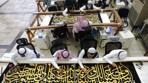 Sejumlah pekerja pun dikerahkan untuk menyulam kaligrafi pada kiswah. Kaligrafi tersebut disulam dengan benang perak murni atau benang perak berlapis emas.