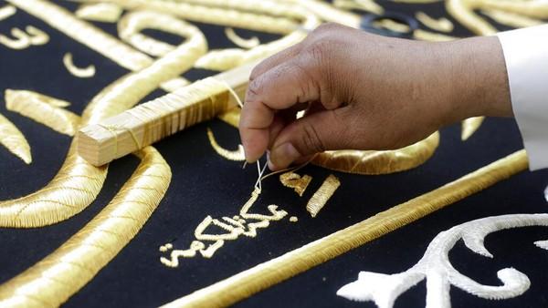 Diketahui, kain penutup Kakbah ini rutin diganti setiap tahunnya. Penggantian kiswah rutin dilakukan setiap tahun pada tanggal 9 Dzulhijjah.