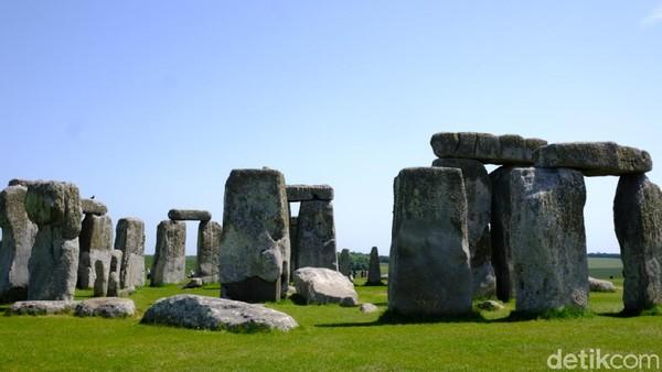 Stonehenge terletak berdekatan dengan Amesbury di Wiltshire, Inggris. Untuk menuju ke lokasi, bisa menggunakan mobil pribadi dari pusat London kurang lebih 1 jam. Di sini ada museum terbuka yang menggambarkan Inggris di masa Neolitikum dengan rumah-rumah adat Inggris pada masa prasejarah itu. (Andi Saputra/detikTravel)