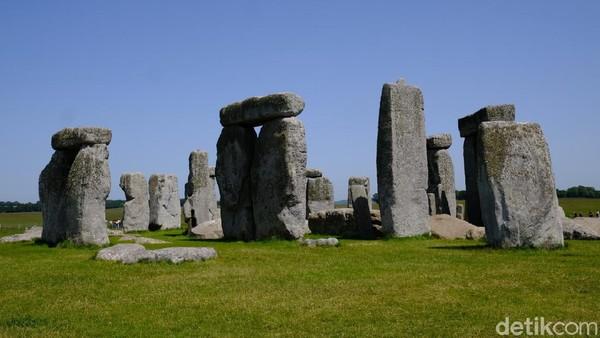 Stonehenge adalah situs megalitikum yang paling terkenal di dunia. Stonehenge berasal dari kata stone dan henge. Stone berarti batu, sedangkan henge berarti lingkaran. Foto-foto ini diambil sebelum pandemi COVID-19. (Andi Saputra/detikTravel)